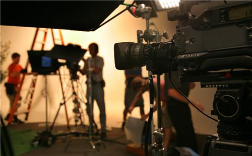 广州产品品牌宣传片拍摄中摄像机摇臂是不可缺少的影视器材